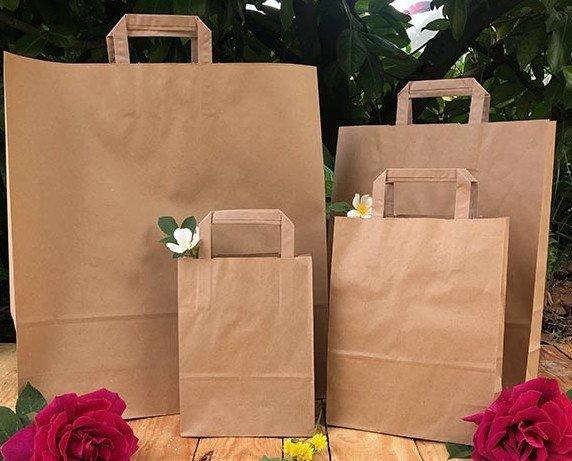 Bolsas del papel. Bolsas de papel kraft reciclado con asa plana. Personalizables.