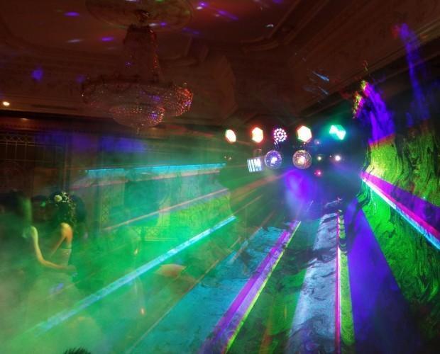 DJs.Equipo propio de iluminación y humo