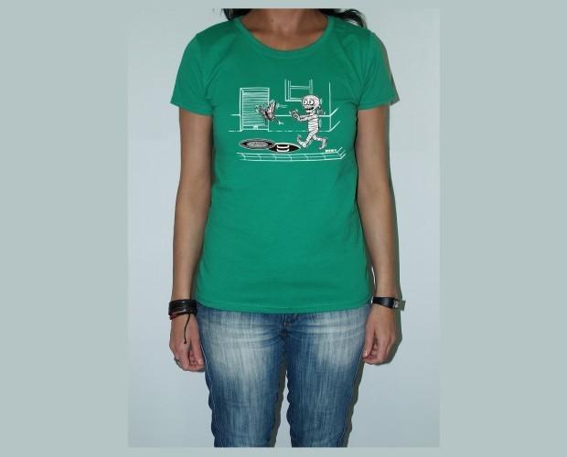 Camiseta mariposa. Camiseta verde de mujer