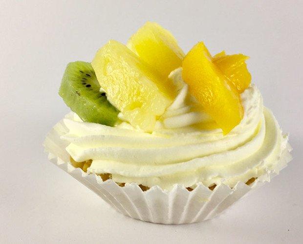 Tartaleta. Tartaleta de mantequilla con crema de vainilla, cobertura de nata y frutas