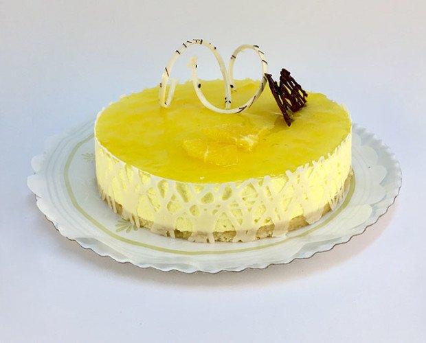 Tarta de naranja. Tarta a base de mousse de queso con merengue bañada en naranja