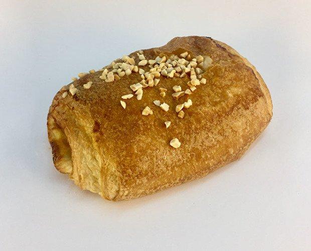 Napolitana. Bollo relleno de crema o jamón con queso cubierto con una capa de almendras