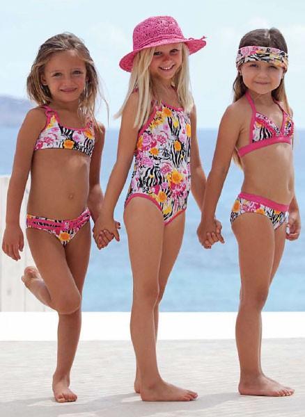 Bañadores. Varios modelos de bañadores de una y dos piezas
