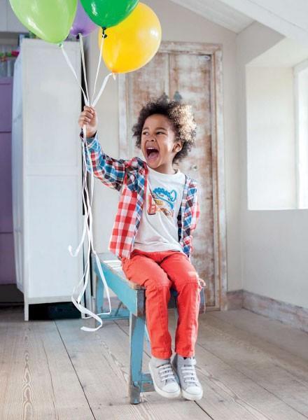 Ropa infantil para niñas y niños. Pantalones, camisetas, camisas