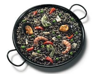 Paella de arroz negro. No deje de tenerlo en su menú