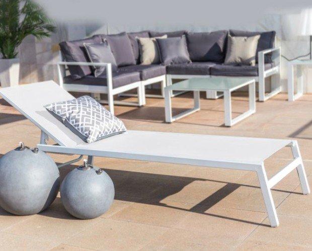 Tumbona de aluminio. Tumbona de aluminio y textileno en color blanco, modelo apilable para guardar.