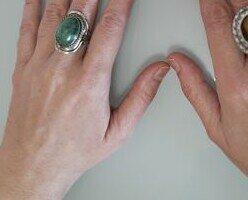 Manos decoradas. Con nuestros anillos con piedra natural dificil que unas manos pasen desapercibidas