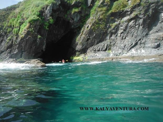 Kayak. Descubre agrestes acantilados y playas olvidadas