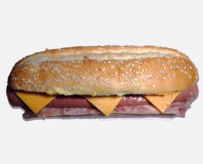 Perrito. Pan Baguette, salchicha, queso cheddar, bacon y Salsa Maxi.