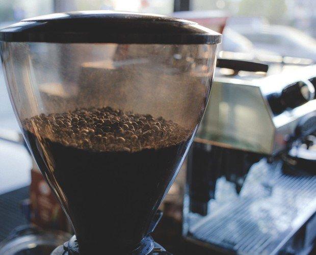 Café perfecto. Una de las claves de un espresso perfecto es molido de los granos del café.