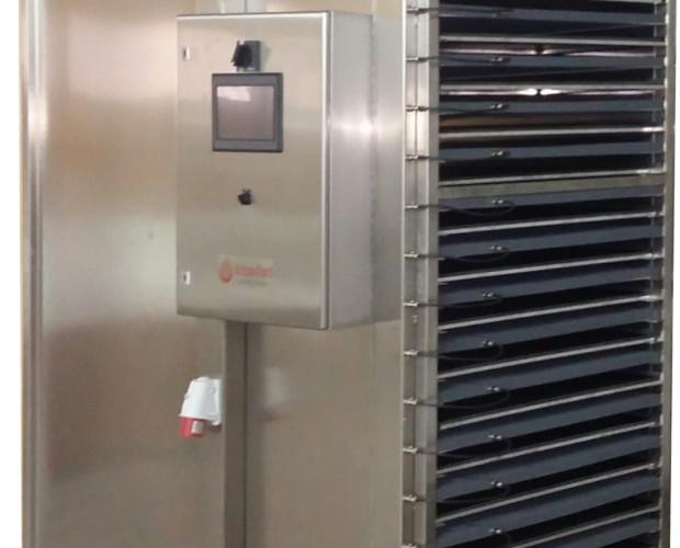 Deshidratadores de 17 bandejas. Cada bandeja va dotada de su propio emisor. Los emisores de infrarrojo lejano hacen que se conserven todas las propiedades...