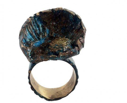 Anillo erizo. Anillo de bronce con pátina azul. Pieza única.