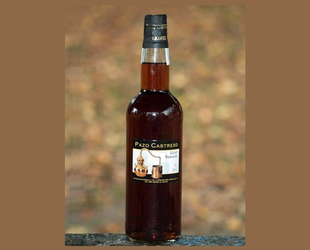 Licor Tostado. Elaborado con una base de aguardiente de orujos gallegos, macerado con un botánico y caramelo de azúcar