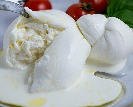 Burrata de fresca de bufala. Tenemos una de las mejores burrata de búfala fresca de la región de Campania.