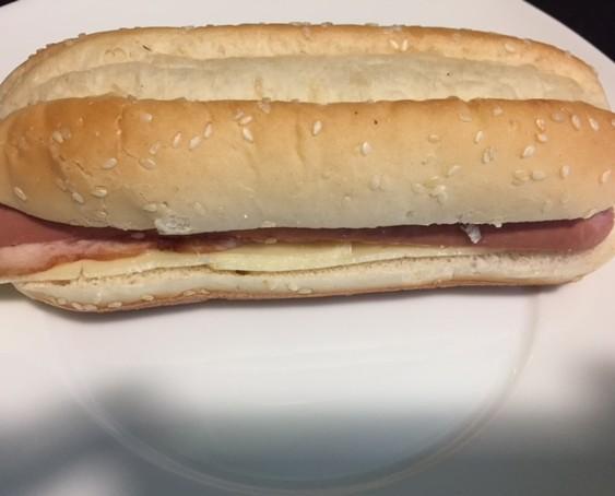 Hot dog con bacon. Perrito caliente en pan con bacon