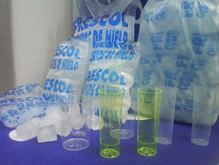Hielo. Hielo en cubitos en bolsas de 10kg y vasos de plástico