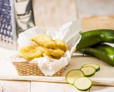 Calabacín en tempura. Calabacín fresco, cortado a rodajas y con una fina capa de rebozado