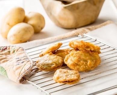 Patatas rellenas artesanas. Con láminas enteras de patata cubiertas con una fina capa a base de huevo y con un relleno de carne asada