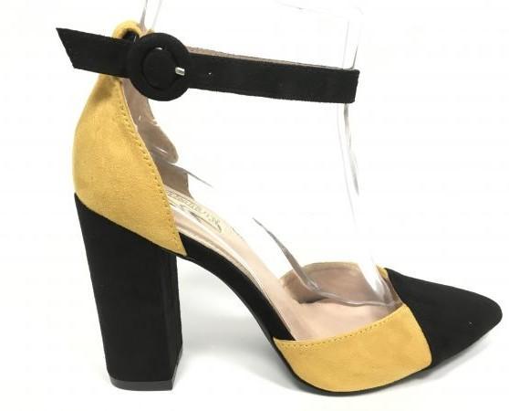 Zapato de tacón alto. Hermosos colores