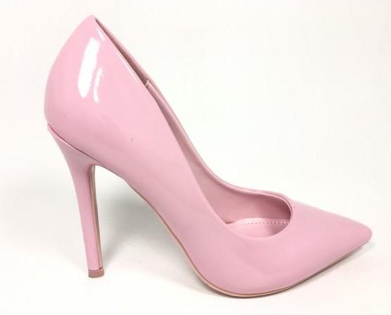 Zapatos rosa brillantes. Tacón alto y elegante