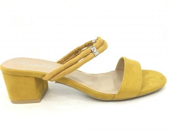 Sandalia de vestir. Color muy llamativo