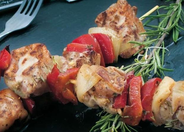 Pinchos.Brocheta de pollo con pimiento rojo y cebolla