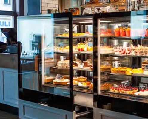 Vitrina de pasteles en tienda. Vitrina de exposición en tienda instalada por Hosdecora.