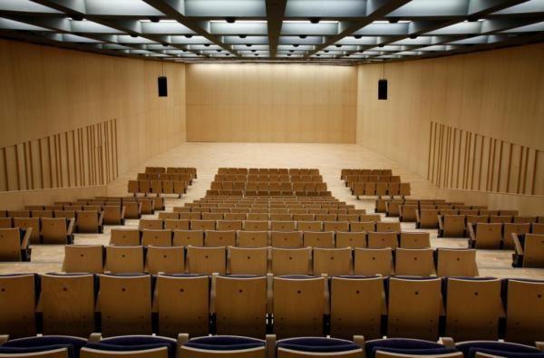 Sala de conferencias. Trabajos en madera con finas terminaciones