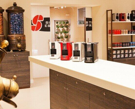 Store shop ESSSE. Tienda de Cafe Shop, cafetera S.12, cápsulas Esecafe