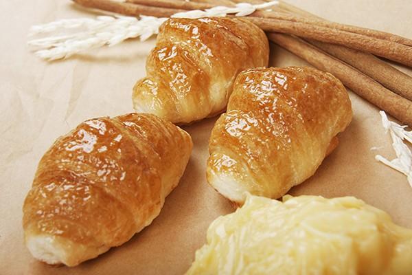 Croissants. Croissants de crema, clásicos, de cacao