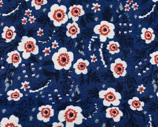 Algodón Abril azul. Tejido de algodón 100% con motivos pequeños estampado en rotativa.