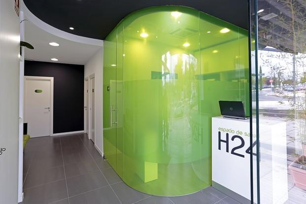 Rotulación de Interior.Mobiliario comercial para espacio de salud