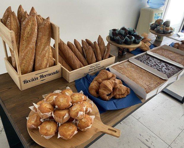 Pan y bollería. Surtido de pan y bollería dulce y salada. Hornear o descongelar y listo