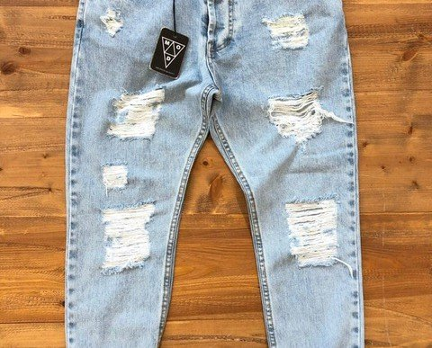 Jeans rebelde. Prenda con corte a la moda