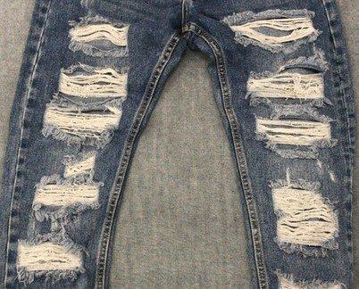Jeans a la moda. Pantalón con cortes