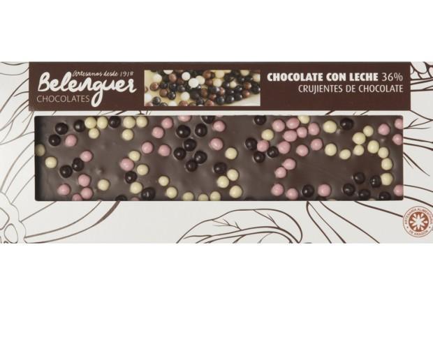 Chocolate crujientes. Chocolate con leche, con crujientes de galleta con chocolate negro, chocolate blanco y fresa.