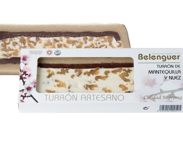 Mantequilla y nuez. Exquisito turrón con mantequilla y nueces separadas por una fina capa de mazapán y cobertura de chocolate