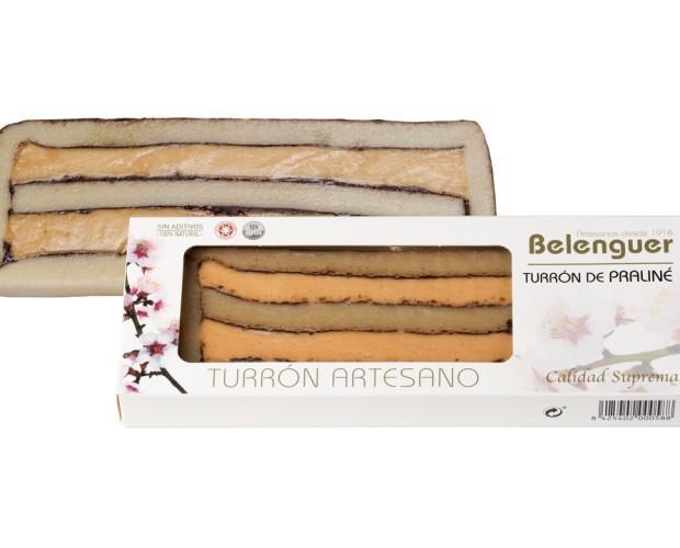 Turrón Praline. Almendra tostada y molida unido con cobertura de chocolate negro y enmarcado en mazapán blanco