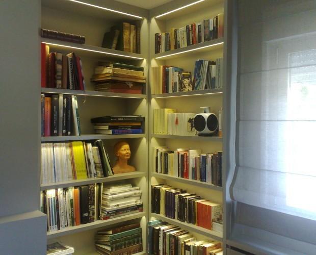 Ebanistas.Librería lacada rinconera con baldas iluminadas con ledes