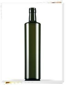 Botella dórica. Aceite de oliva en botella de vidrio