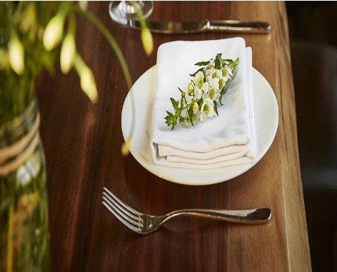Servilleta Satén. Servilleta blanca para hostelería, restauración y catering, en satén liso 50% Algodón Y 50% Poliéster, confección pico capet de 2cm,...