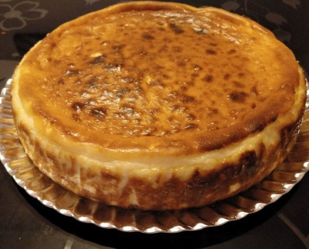Cheese cake. Tarta de Queso cremosa, se sirve caliente con puré de frutos rojos