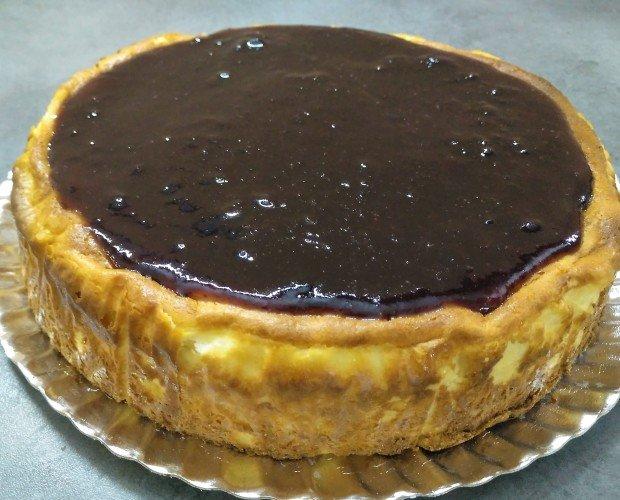 Cheesecake arándanos. Tarta de Queso cremosa, cubierta de puré de arándanos se sirve caliente