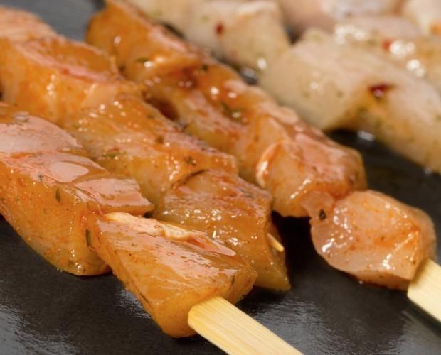 Pinchos.Brochetas de pechuga de pollo con sabor a barbacoa y finas hievas,con baston de bambu de 12 cm.