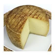 Manchego Pequeño. Todo un año de curación y sellado con la garantía de denominación de origen manchego, da a nuestro queso el olor fuerte y característico...