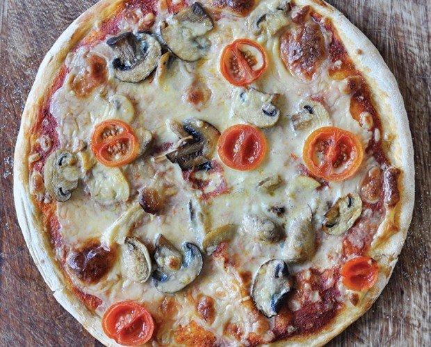 One Planet Pizza Fungi. Decorada con champiñones y con un toque especial de semillas de Chía, Albahaca y Orégano