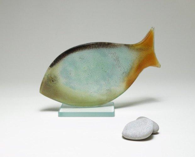 PEZ DECORATIVO. Objeto decorativo de vidrio sobre peana.25x15cm.