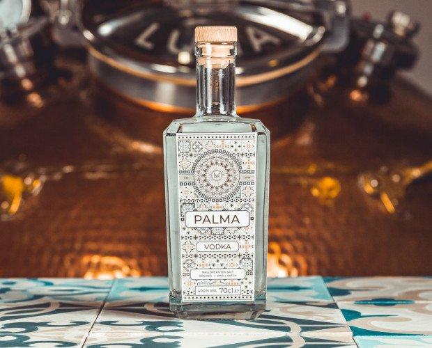 Vodka Palma. Elaborado con alcohol de trigo ecológico con un toque de Flor de Sal d'es Trenc.