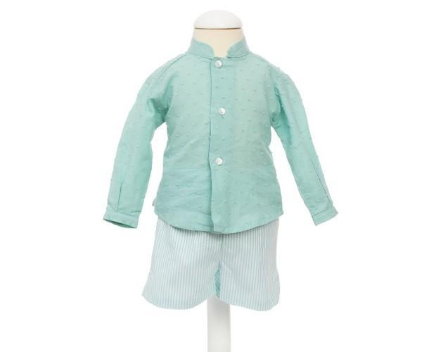 Conjunto para Bebé. Camisa color aguamarina con cuello mao y pantalon en tejido de rayas verdes y blancascon bolsillos.