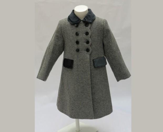 Abrigos Infantiles.Abrigo lana 100% con costadillos. Cuello, tapetas de los bolsillos y cinturón trasero en terciopelo bordado a mano.
